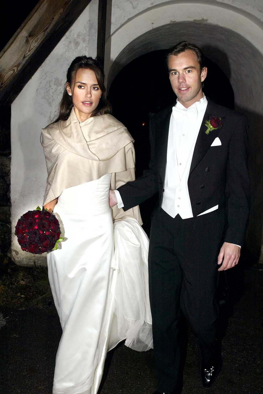 Enkelt och elegant var ledordet när Leonie Gillberg sa ja till H&M:s vd Karl Johan Persson i Seglora kyrka 2002. Leonie bar en klänning med långt släp och en bukett med blodröda rosor.