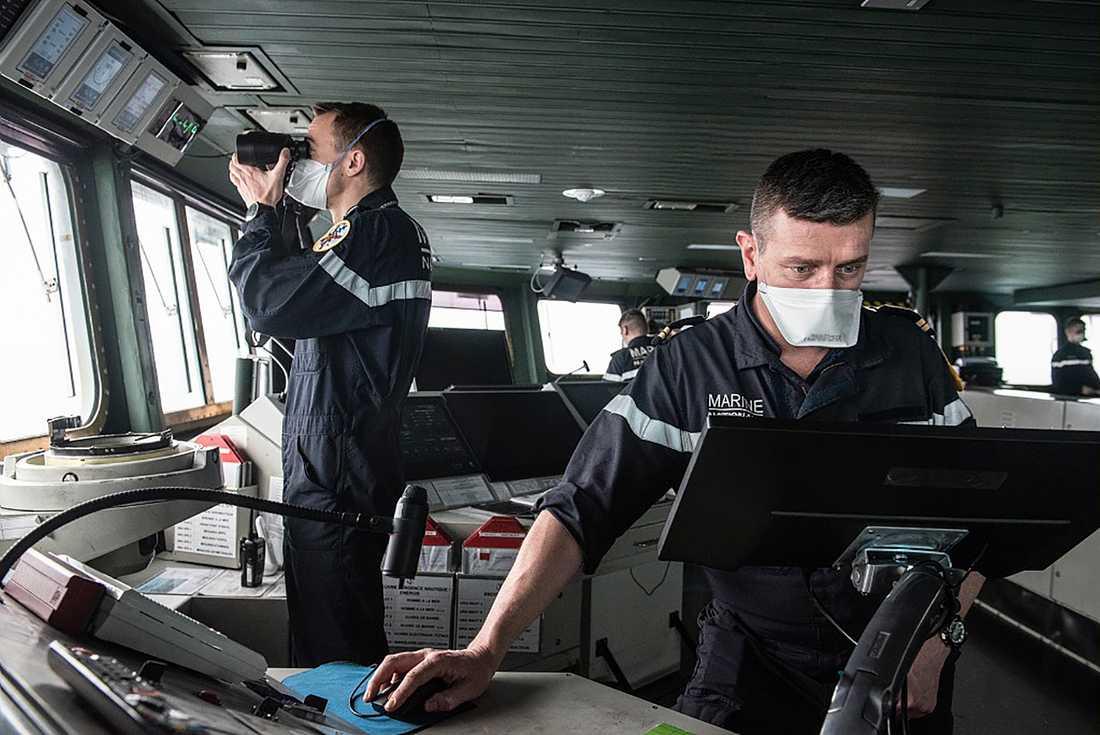 Besättningsmän ombord hangarfartyget Charles de Gaulle. Samtliga ombord bär munskydd.