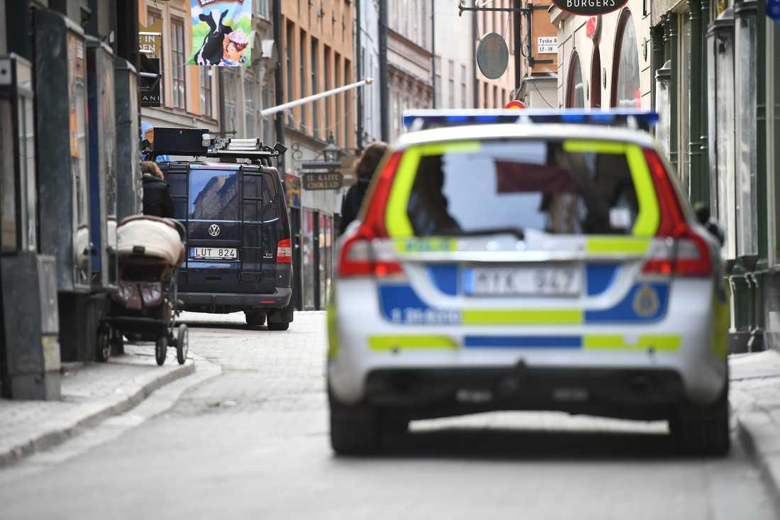 En man sitter anhållen misstänkt för mord på en kvinna i Gamla stan, Stockholm. Polisen larmades till platsen i natt.