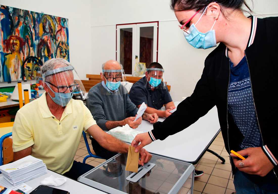 En kvinna röstar i kommunvalet i Urrugne, i sydvästra Frankrike.