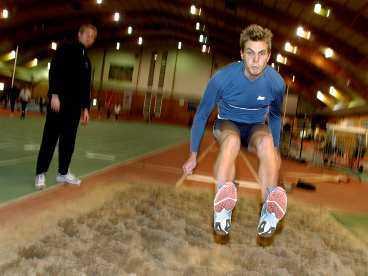 Hoppas Anton Andersson tränar visserligen tillsammans med Christian Olsson och Yannick Tregaro , men det skiljer fortfarande mer än en meter i de båda hopparnas peronbästa. Nu ska Andersson ersätta Olsson i svenska friidrottslandslaget.