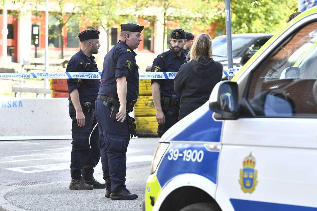 Många poliser på plats i Huddinge efter skottlossningen.