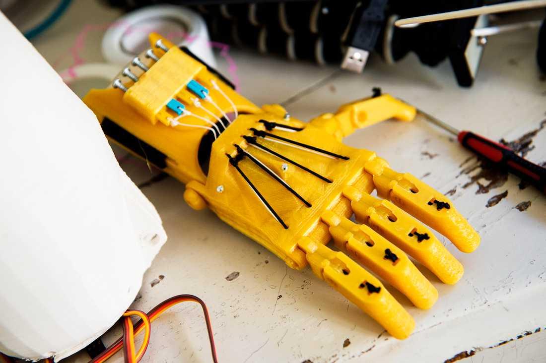 Handproteserna tillverkas i plast i 3D-skrivare utifrån en mall som tagits fram av ortopeder. Den är mekanisk och genom att vinkla handleden upp och ned kan man greppa föremål.