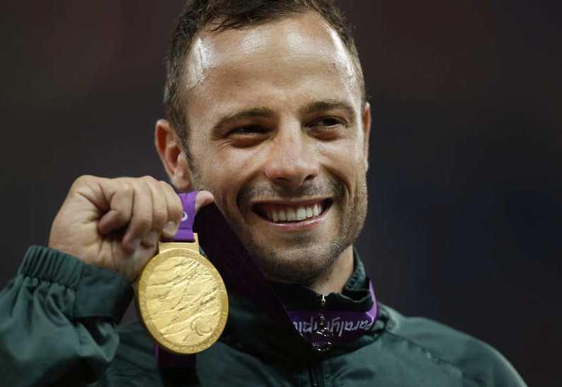 Oscar Pistorius med sitt guld vid Paralympics i London 2012 på 400 m. Foto: AP Scanpix