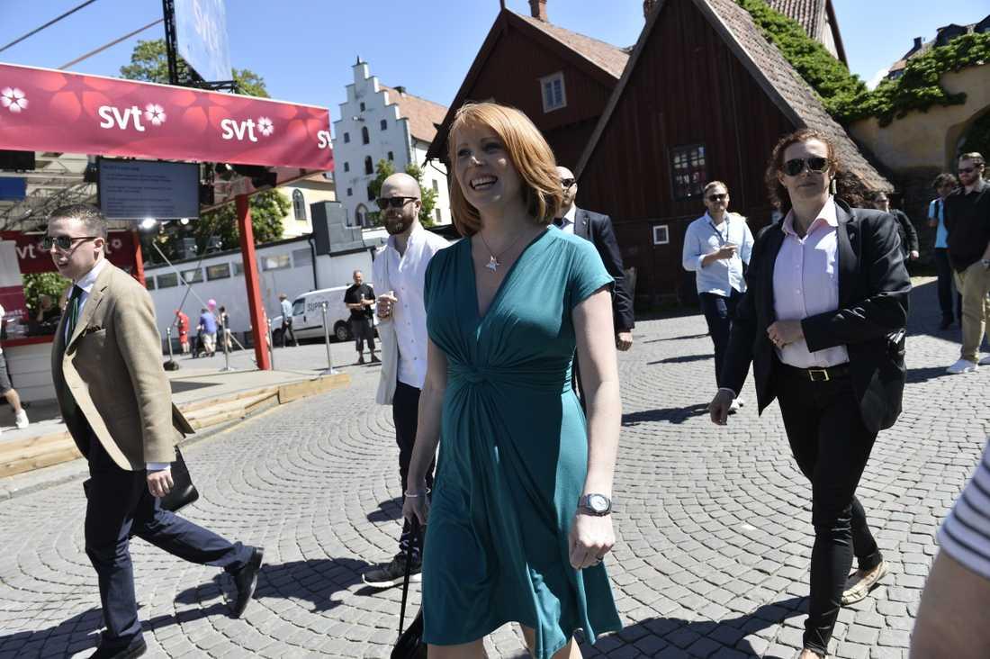 Annie Lööf på väg till presskonferens i Almedalen.