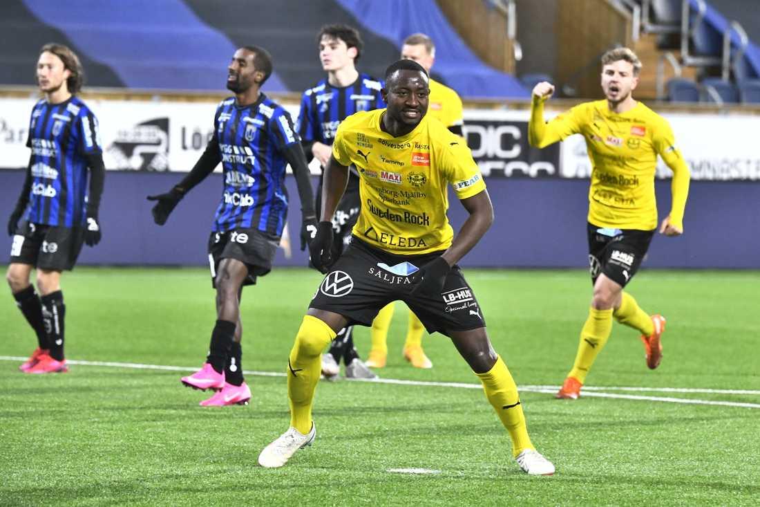 Mjällbys Moses Ogbu jublar efter sitt 1–0-mål på straff borta mot Sirius.