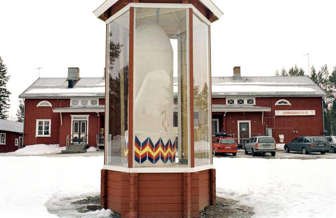 Tumvanten som stod utanför fabriken i Lovikka. Arkivbild från 2001.
