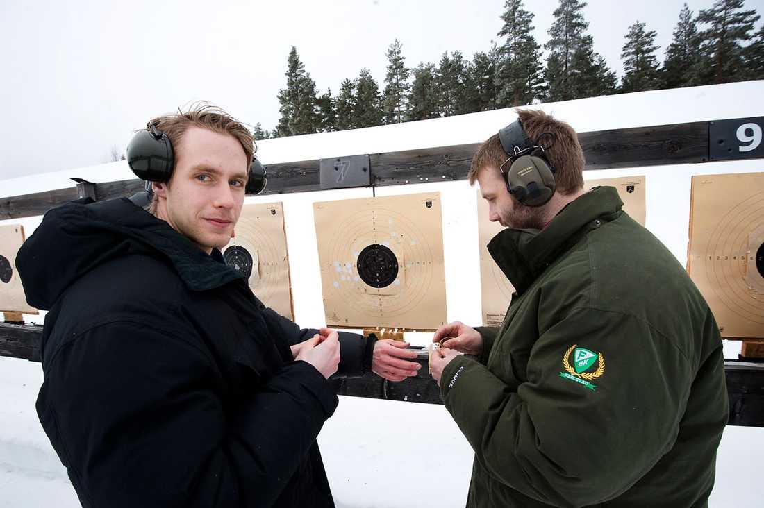 Per Åslund och Emil Kåberg diskuterar läget.