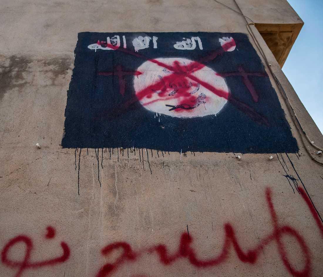 En nerklottrad IS-flagga i Bartella strax utanför Mosul tidigare i år.