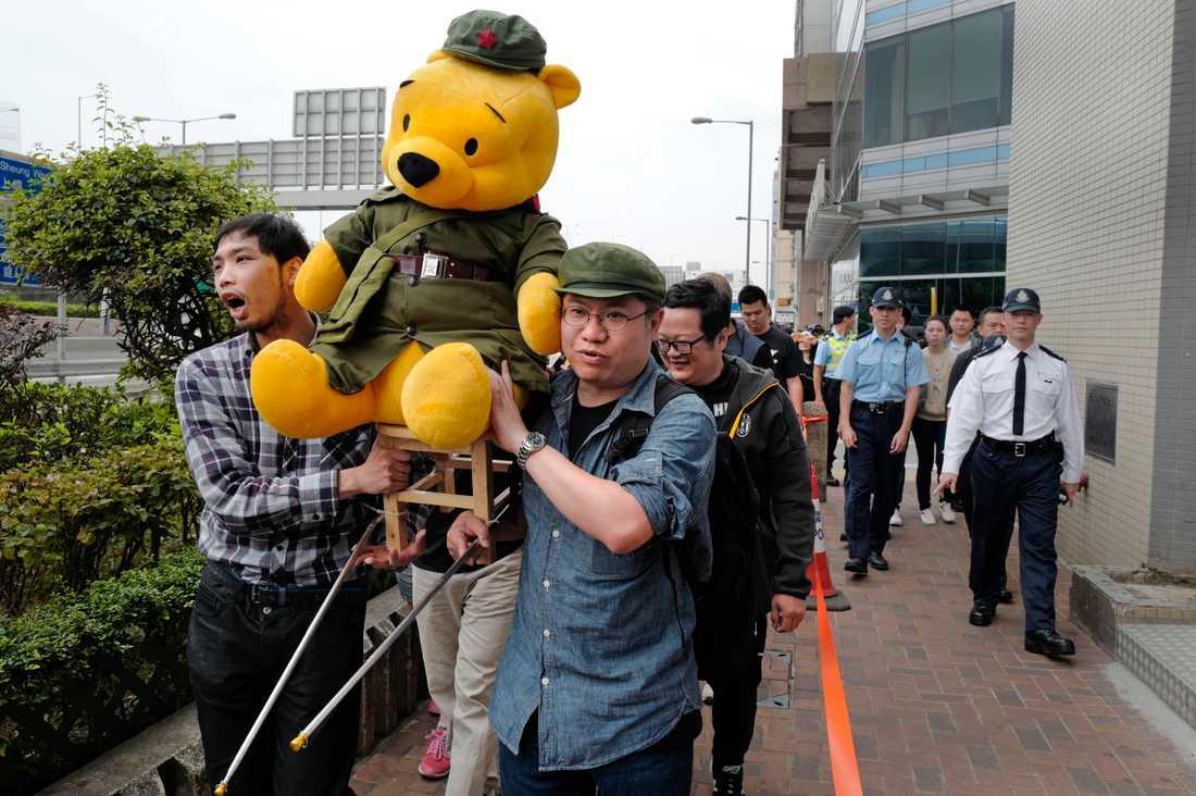 Demonstration i Hongkong där man bär en docka av Nalle Puh, en ironisk symbol för president Xi Jinping