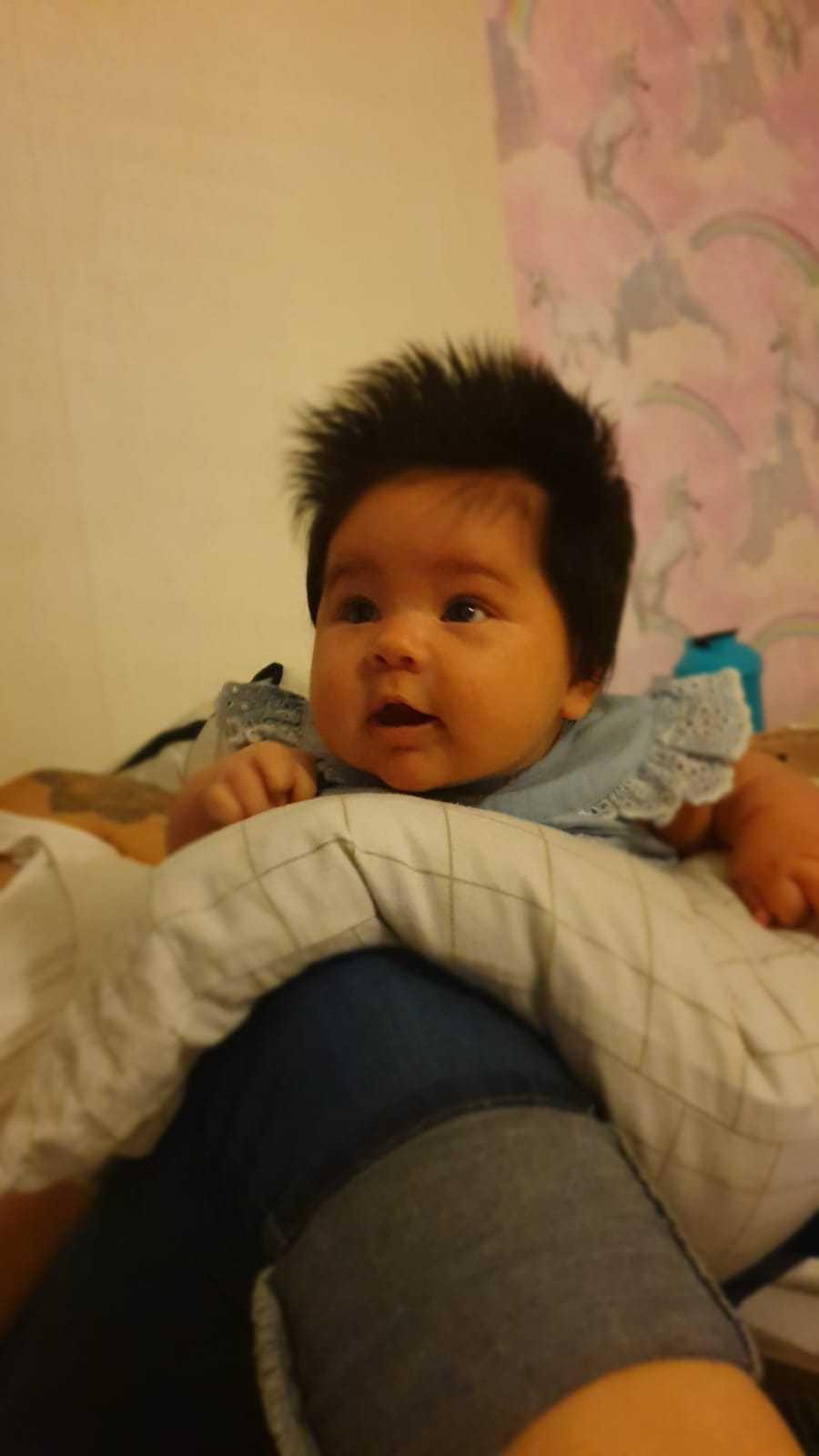 """Här är Nicole som är cirka två månader: """"Hon får dagligen kommentarer om att hon har mycket hår, många vill känna på det. Så här har vi en till kalufs"""", säger mamman Elizabeth Gatica från Stockholm."""