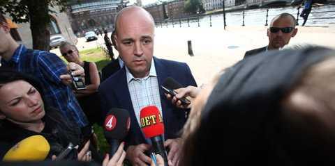 Det var en trött och medtagen Fredrik Reinfeldt som träffade pressen på lördagsförmiddagen.