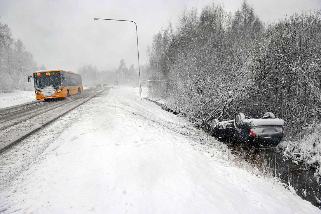 I Karlstad voltade en bil och hamnade på taket, men föraren klarade sig oskadd.
