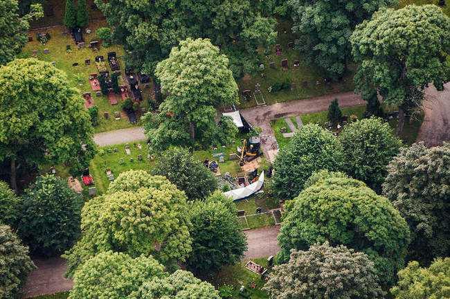 Polisens tekniker på fyndplatsen på katolska kyrkogården i Solna.