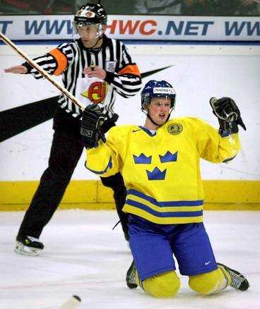 Äntligen mål Henrik Sedin jublar sedan han gjort 1-0 för Sverige mot USA efter passning från brorsan Daniel. Det är under detta VM tvillingarna ska visa att de inte längre är talanger - utan stjärnor.