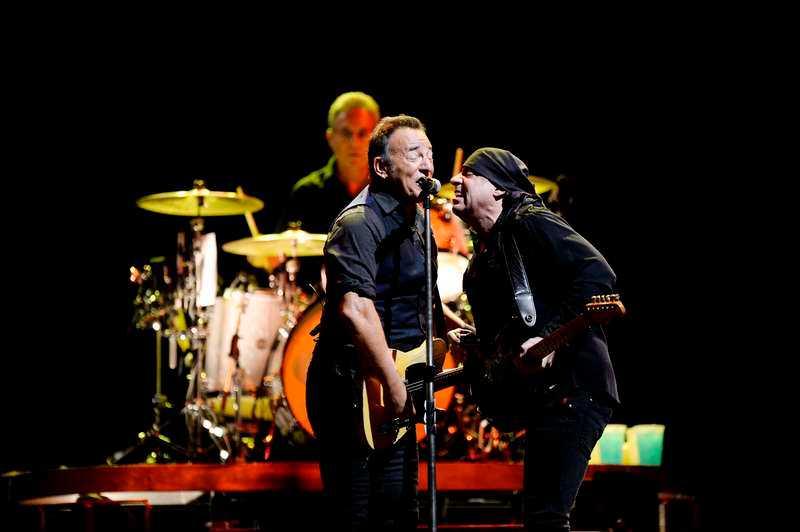 """Bossen och Little Steven delar mikrofon i """"Two hearts""""."""