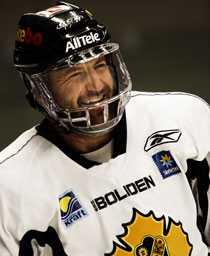 På is med galler – men när kan Mikael Renberg spela i elitserien igen?