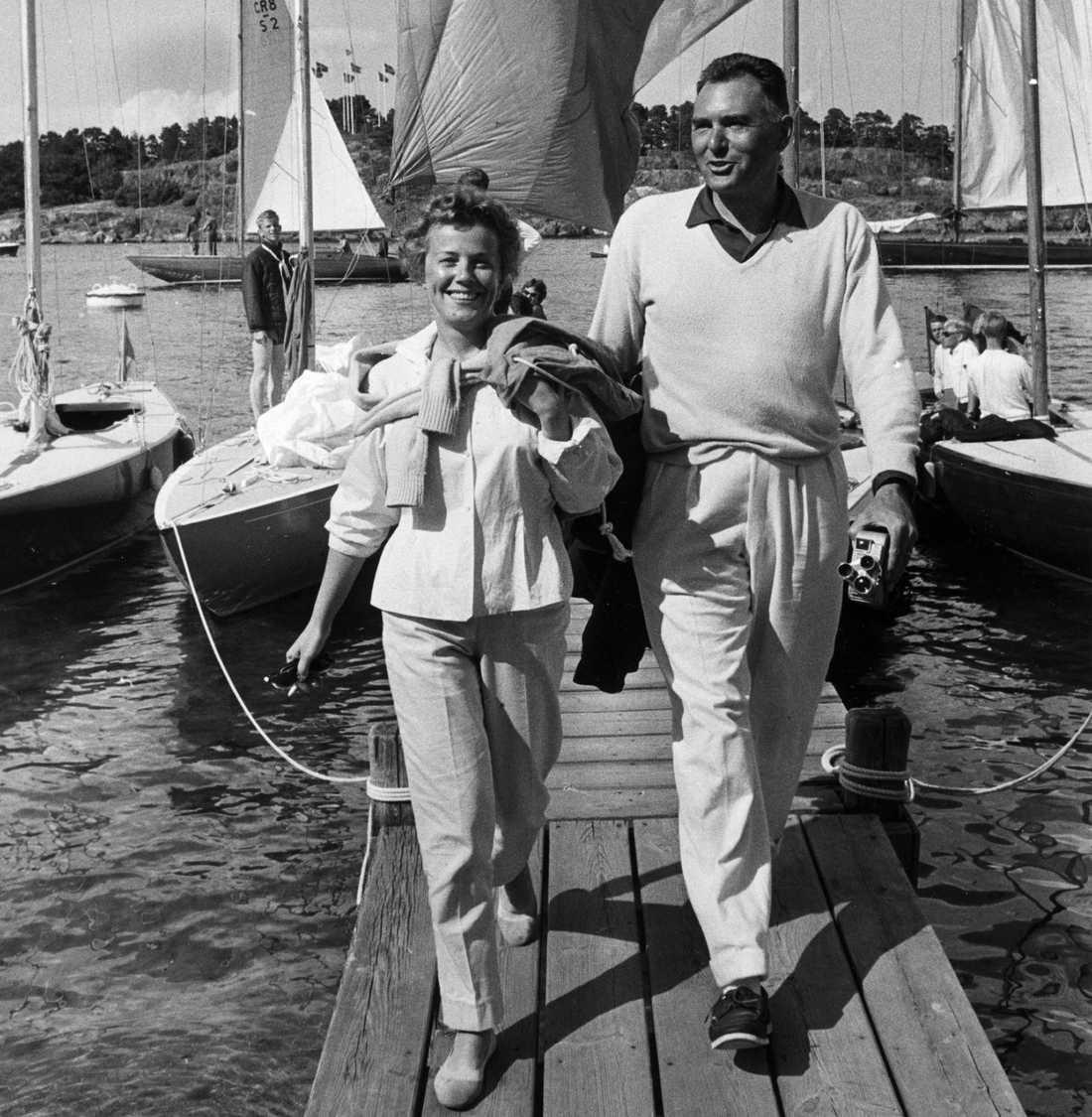 1958 Sickan Carlsson och hennes tredje man Sölve Adamsson har just hängt spinnacker på tork och lämnar sin 5,5:a. Paret var tillsammans ända fram till makens död 1987.