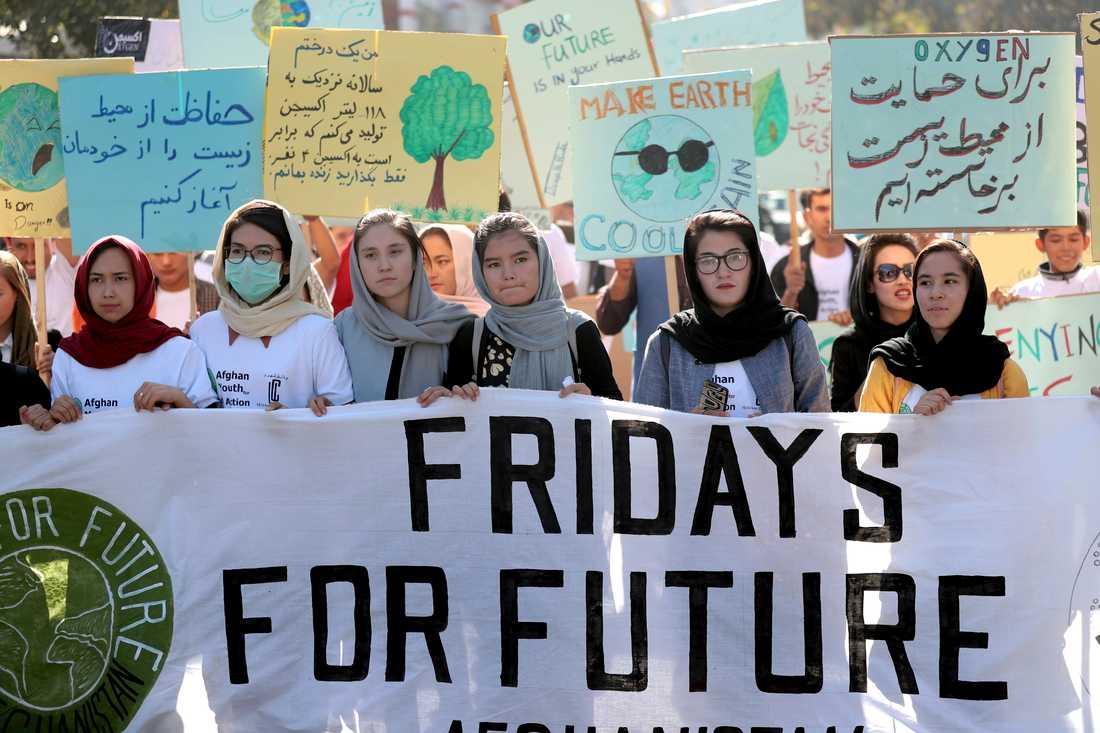 Unga afghaner samlades i en klimatdemonstration i huvudstaden Kabul på fredagen. I staden, där risken att dö i bombattacker är stor, deltar den unga generationen i den globala klimatstrejken av oro för att om inte kriget tar död på dem kommer klimatförändringarna att göra det.