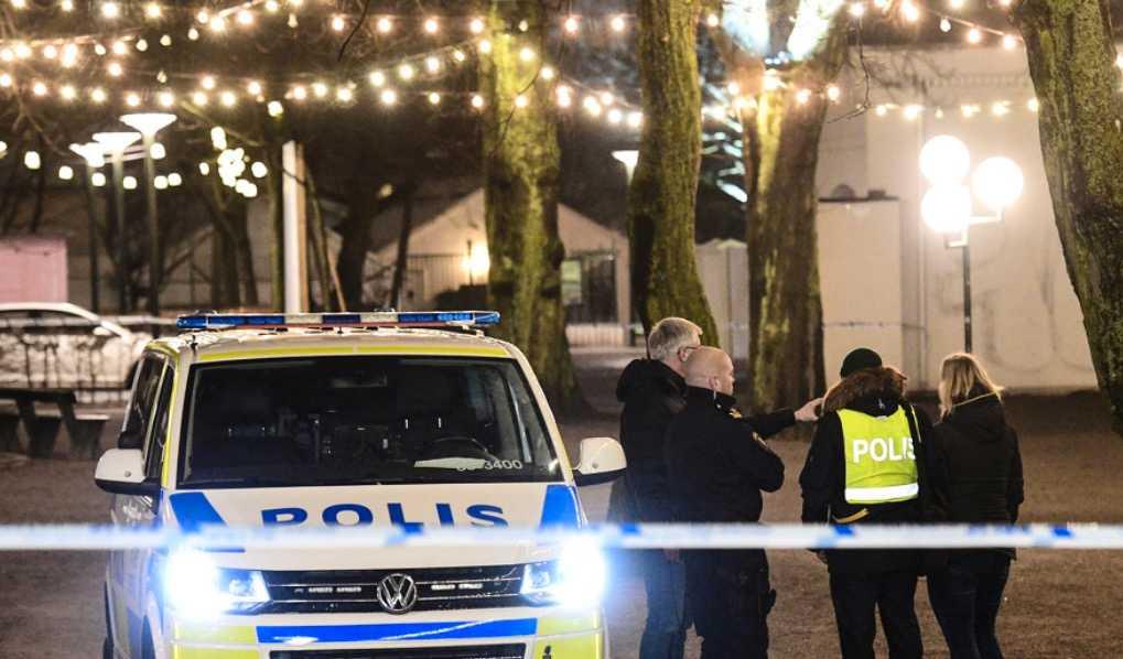 Polis på plats i Folkets park efter ett knivdåd där en yngre man fick allvarliga knivskador. Nu kräver ett huvudskyddsombud för ordningsvakterna bland annat att bemanningen ökas.