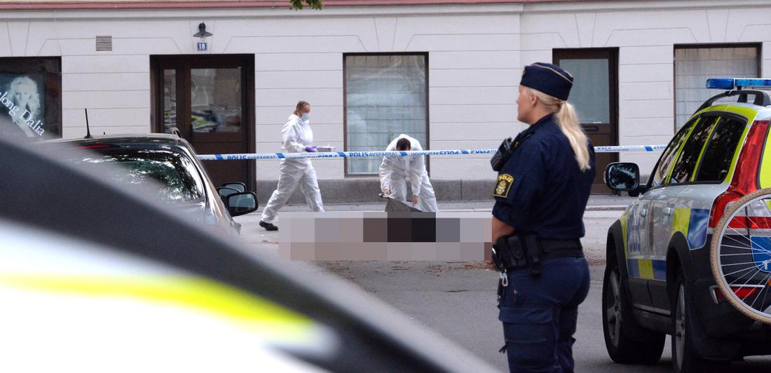 Vid tretiden på natten till måndagen fick polisen larm om en livlös person på en gata i Örebro.