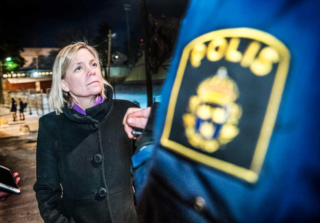 Magdalena Andersson mötte ridande poliser i Nacka som sattes in 2018 för att patrullera gångvägarna efter en rad rån mot barn och unga.