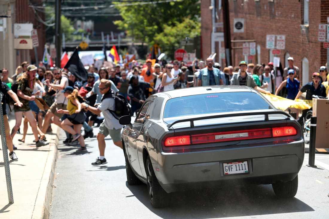 Här kör bilen rakt mot folkmassan. Minst 19 skadades och en dog.