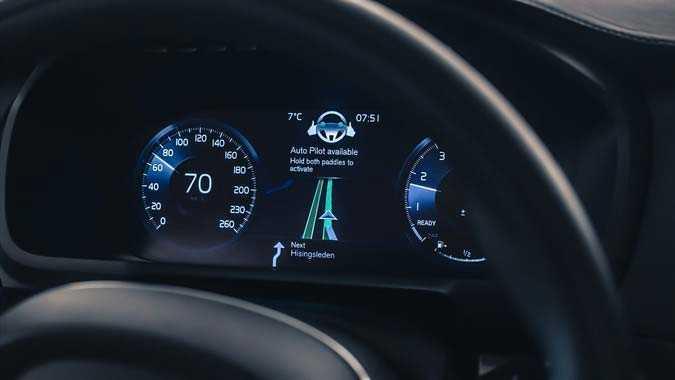 """Föraren meddelas på displayen om """"autopiloten"""" kan användas på den befintliga vägen."""