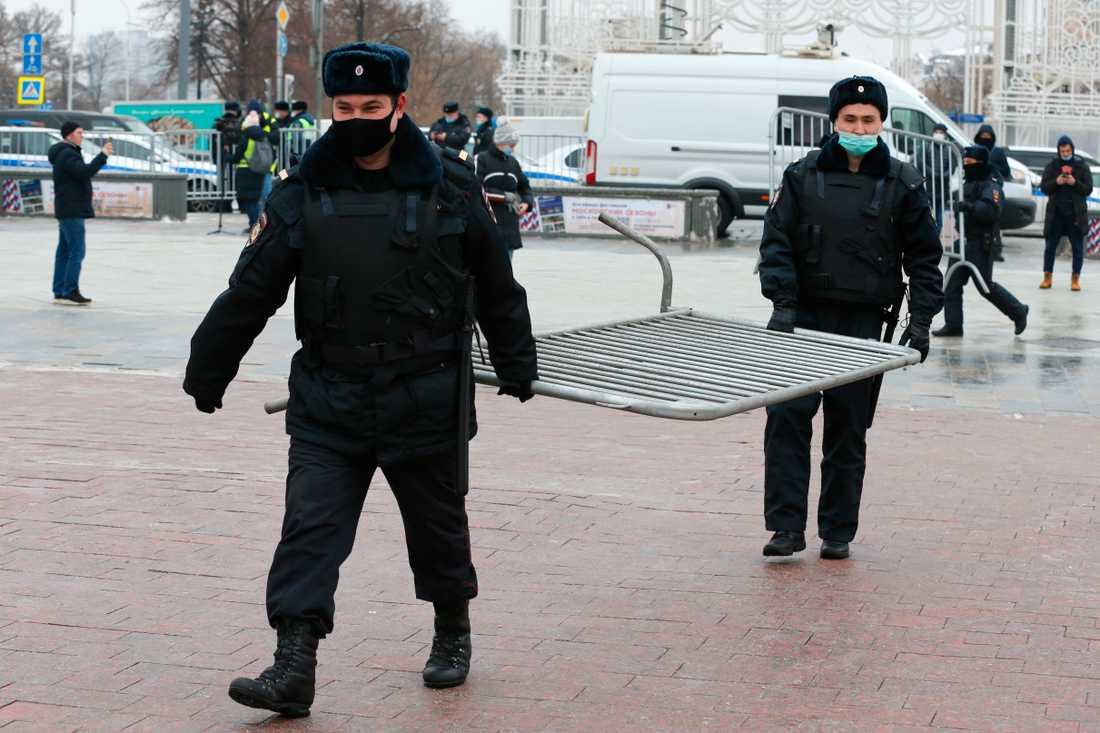 Rysk polis sätter upp stängsel inför lördagens demonstration i Moskva.