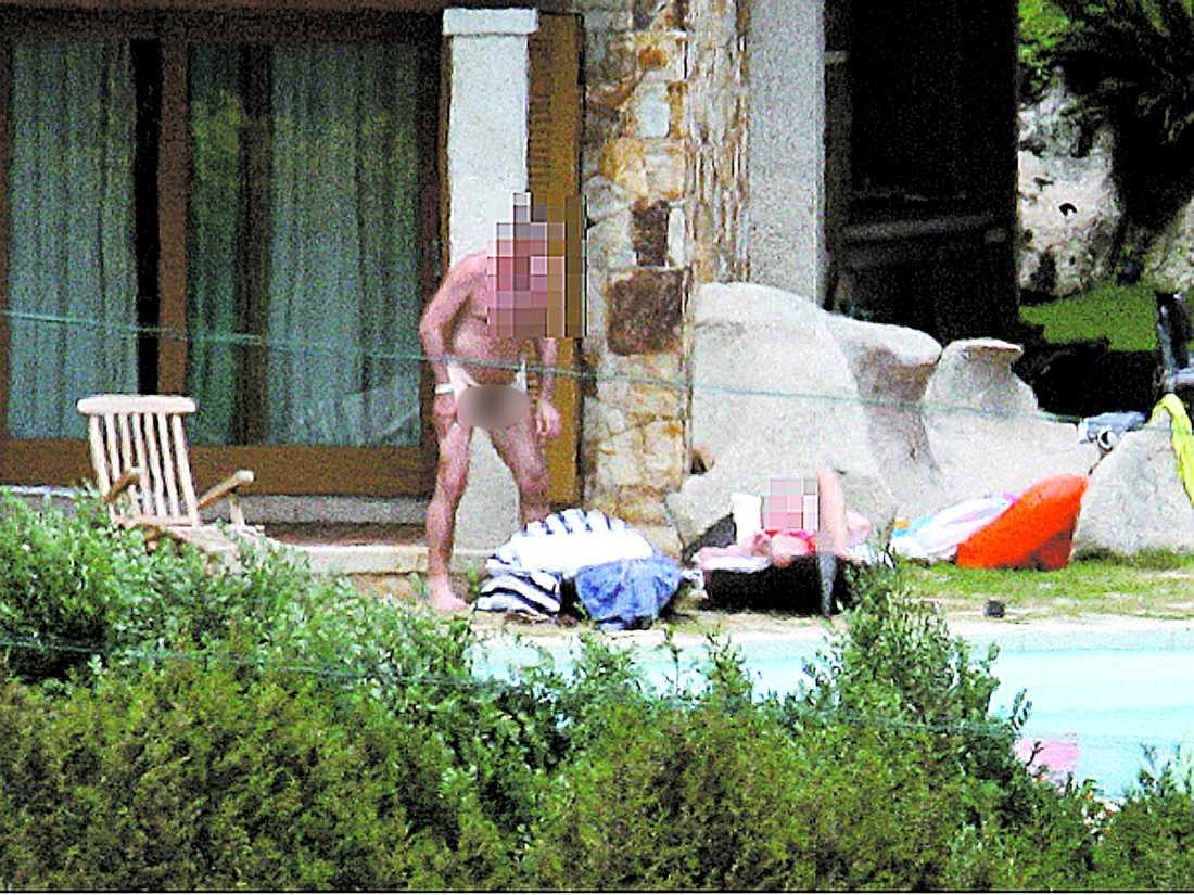 En bild visar hur en naken man står med halverigerad penis vid poolen.
