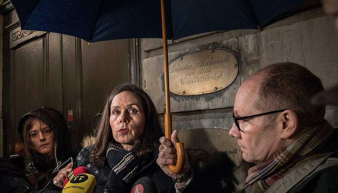 Skandalerna duggar. Svenska Akademiens ständiga sekreterare Sara Danius uttalar sig utanför Börshuset i Stockholm om den så kallade Kulturprofilens koppling till Akademien.