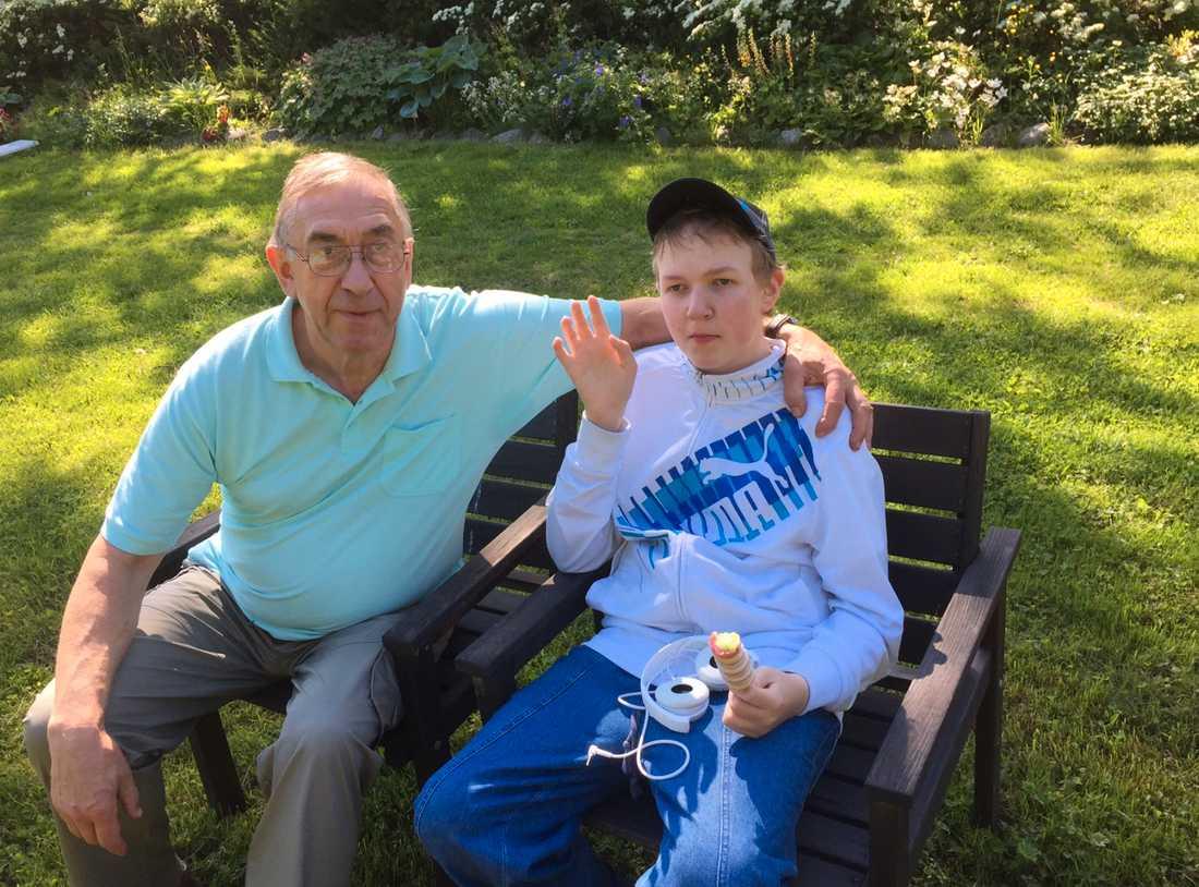 Jonathan med morfar Hasse.