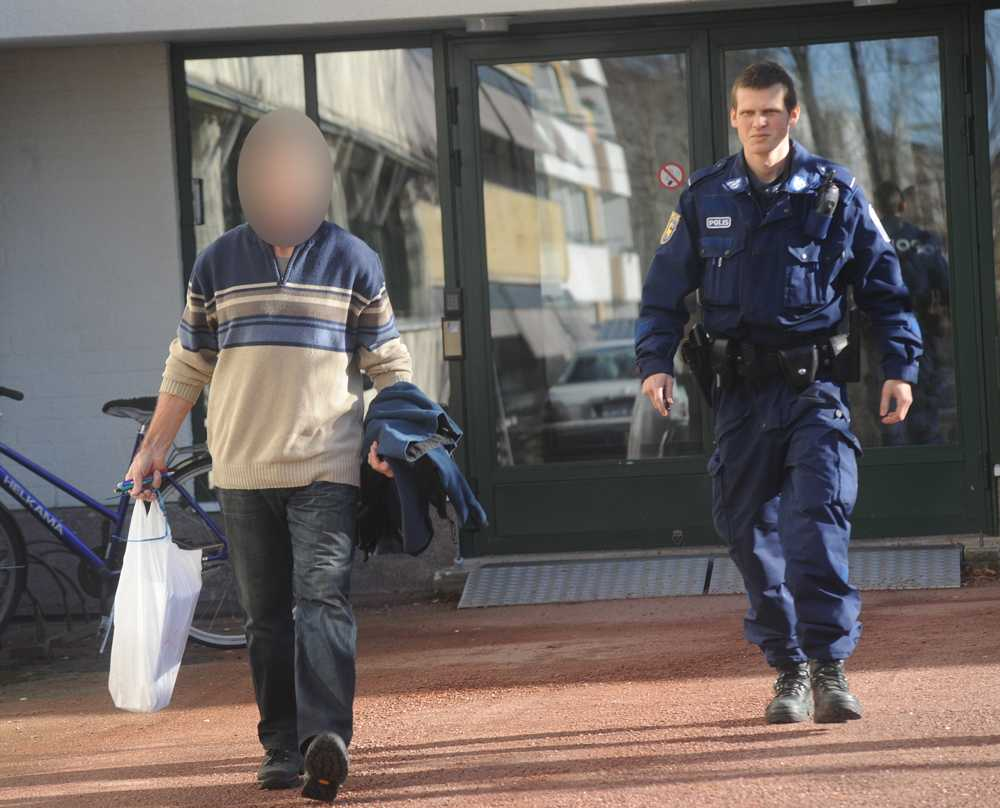 Greps på Åland Den 53-årige sambon till en högt uppsatt kvinnlig polischef greps när han skulle leverera ett knarkparti. Nu har han dömts till ett år och åtta månaders fängelse för knarkleveranser. Polischefen förnekar all kännedom om sambons senaste kriminella aktiviteter.