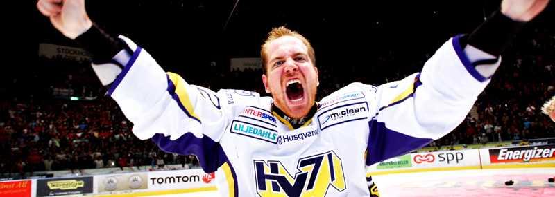 Teemu Laine firar SM-guldet med HV71 i våras. Enligt spelbolagen blir det repris kommande säsong.