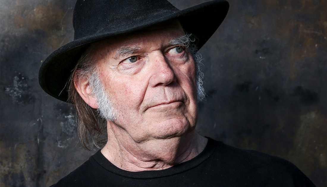 """Neil Young släpper i början av september den akustiska soloplattan """"Hitchhiker"""" som han spelade in under en enda natt 1976."""