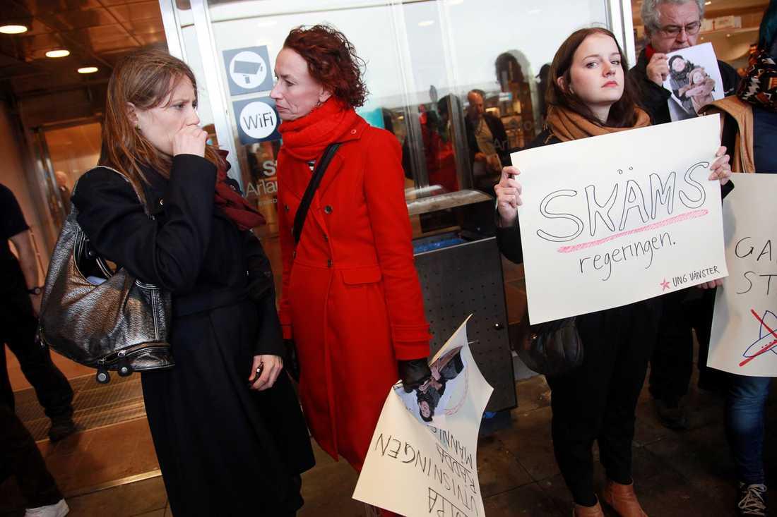 Demonstranter slöt upp för att ge stöd till Ganna och hennes barnbarn Anna Otto på Arlanda i går.