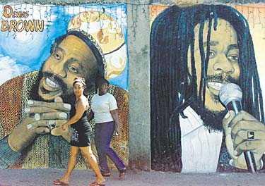 För många är Jamaica reggae. På en vägg in Kingston får två av musikstilens stora samsas: Dennis Brown och Bob Marley.