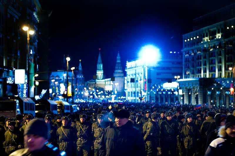 Snön föll ner över de tiotusentals Putintrogna som samlats på Manezjtorget vid Kreml