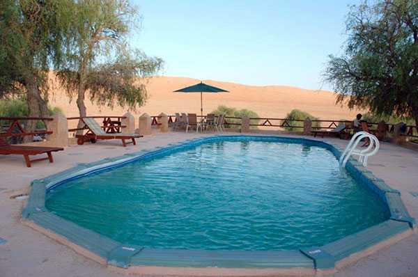 1000 NIGHTS CAMP, WAHIBA SANDS, OMAN I Wahiba-öknen, cirka tre timmars resa från huvudstaden Muscat, ligger den här fyrstjärniga hotellanläggningen. Från poolen kan du njuta av vackra solnedgångar i sanden. Mer info: www.1000nightscamp.com