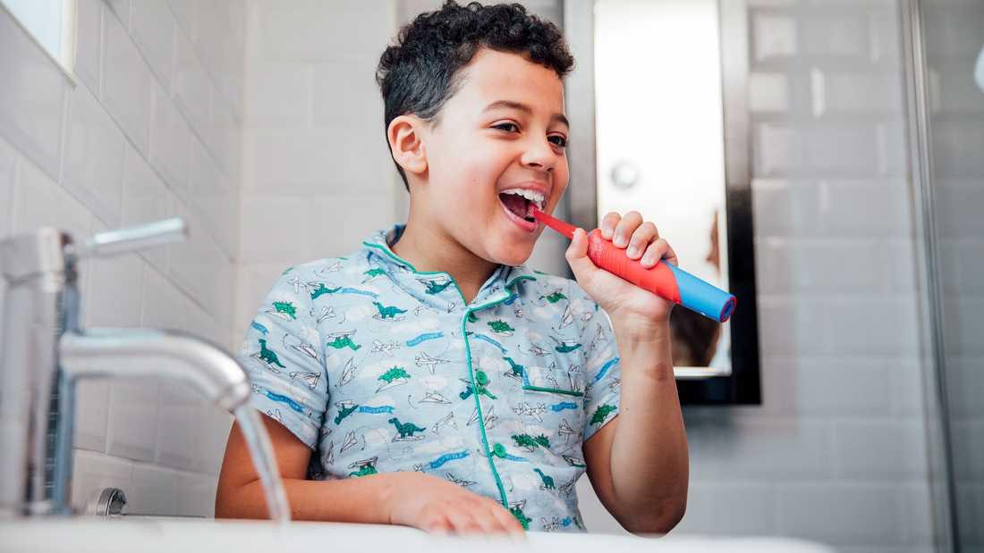 Vissa barn tycker det är roligare att borsta tänderna med en eltandborste.