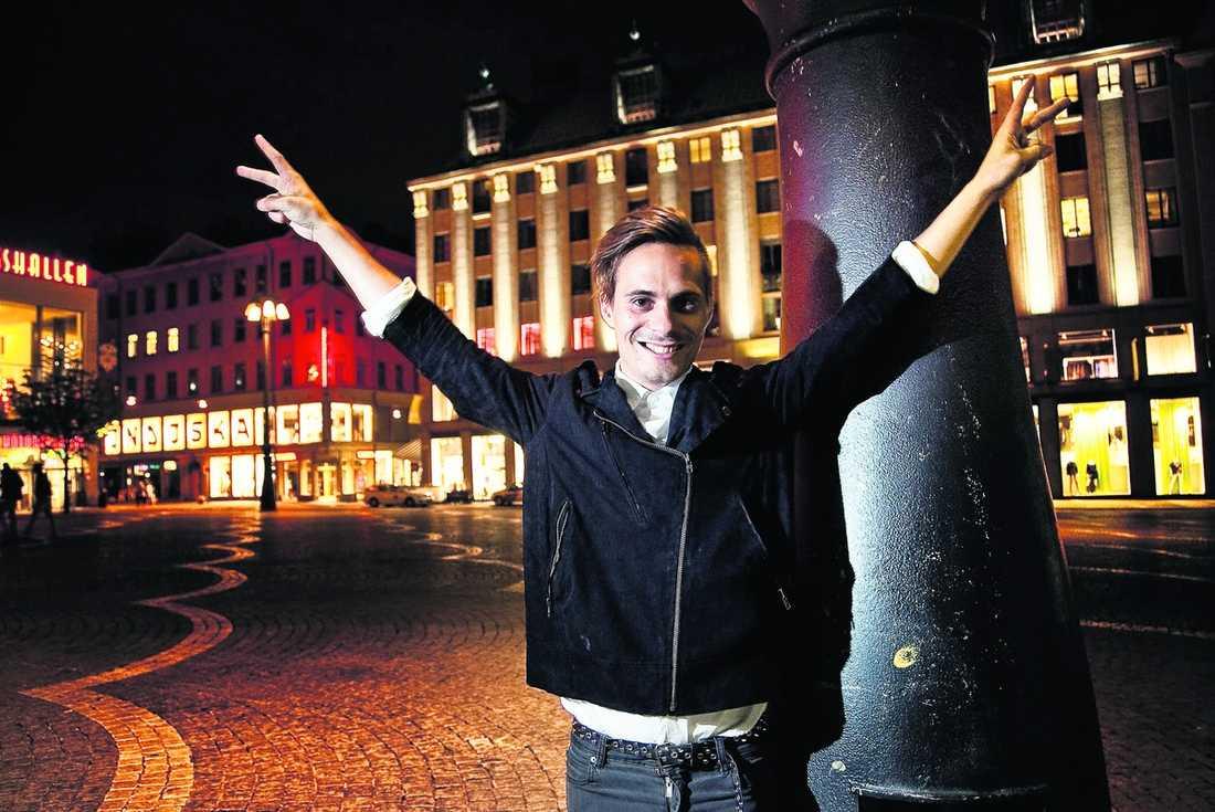 """FIRAR FINALEN – OCH SIN 27-ÅRSDAG """"Jag är överraskad och extremt glad"""", säger Oskar Linnros om finalplatserna i Rockbjörnen."""