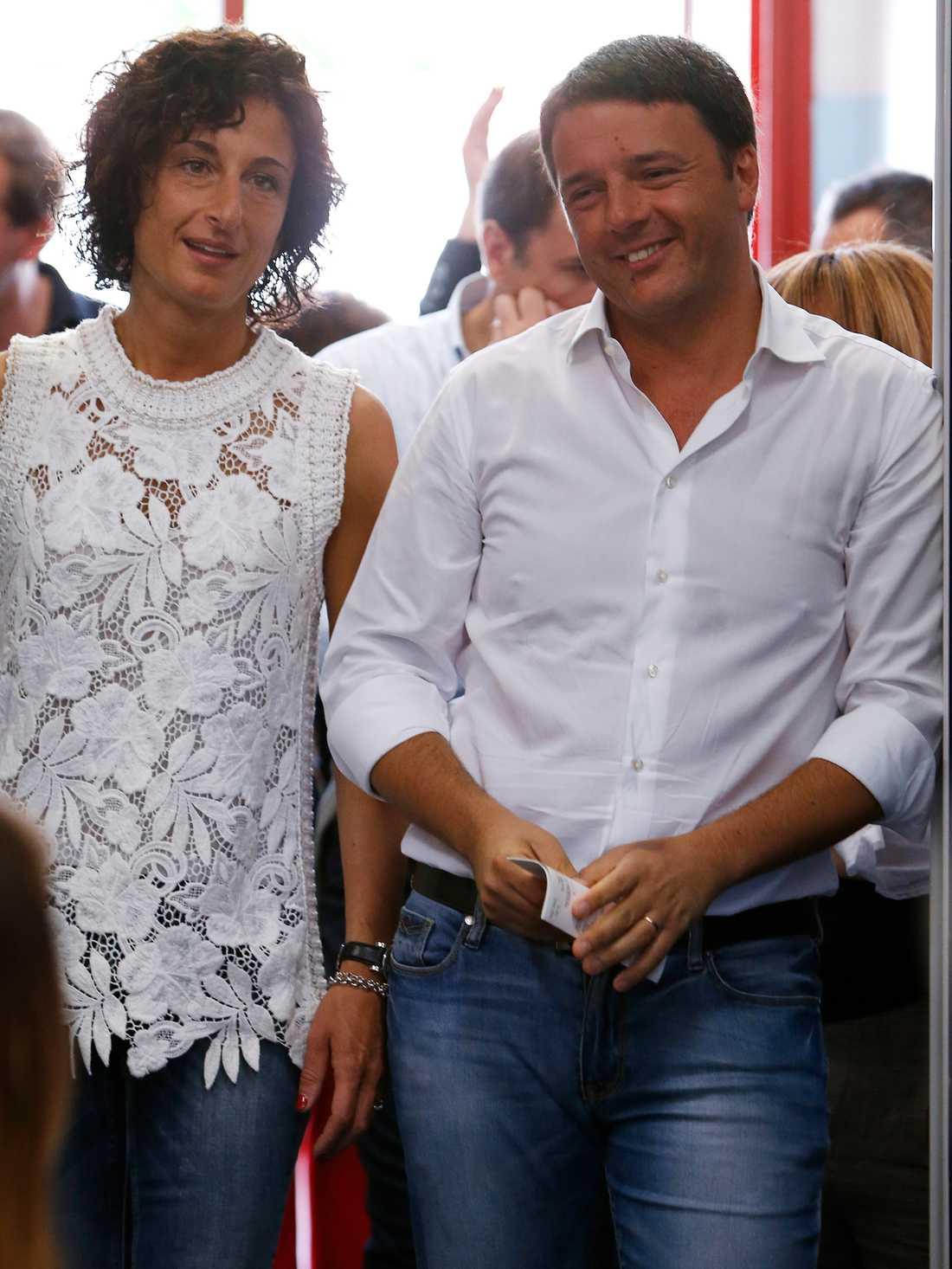 Italiens premiärminister Matteo Renzi och hans fru Agnese väntar på att få avlägga sina röster.