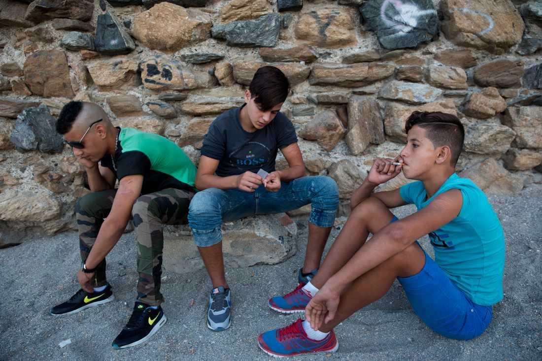 Yassin, 14 sover på stranden i Ceuta. Hans högsta dröm är att ta sig till Europa. På dagarna hänger han med sina kompisar och röker på. Chadi, 19 (till vänster), och Mamoun,16.