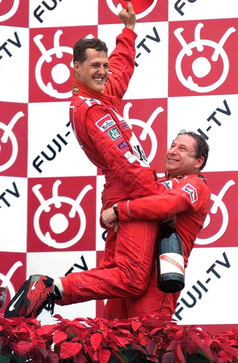 2000 Dåvarande managern för Ferrari, Jean Todt, lyfter Schumacher. Nu är Todt president för FIA.