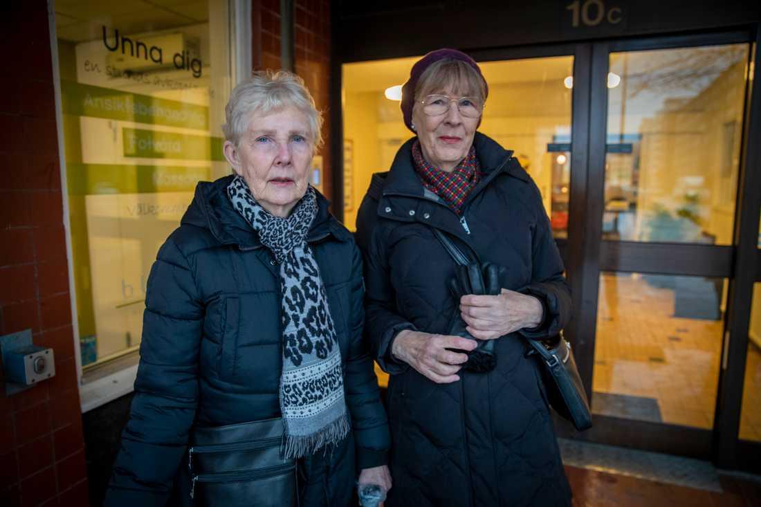 Väninnorna Marianne Persson och Charlotte Edström vill att polisen eller kommunen skickar ut varningsbrev till alla över 70 år.