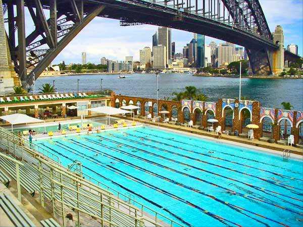 NORTH SYDNEY OLYMPIC POOL, SYDNEY, AUSTRALIEN Precis invid klassiska Harbour Bridge och med utsikt över hamnen och centrala Sydneys skyline ligger den här 50 meters-bassängen. När du simmat dig hungrig kan du slå dig ned på den intilliggande restaurangen. Mer info:  http://northsydney.nsw.gov.au/