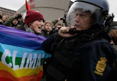 Demonstranter och polis i Köpenhamn.