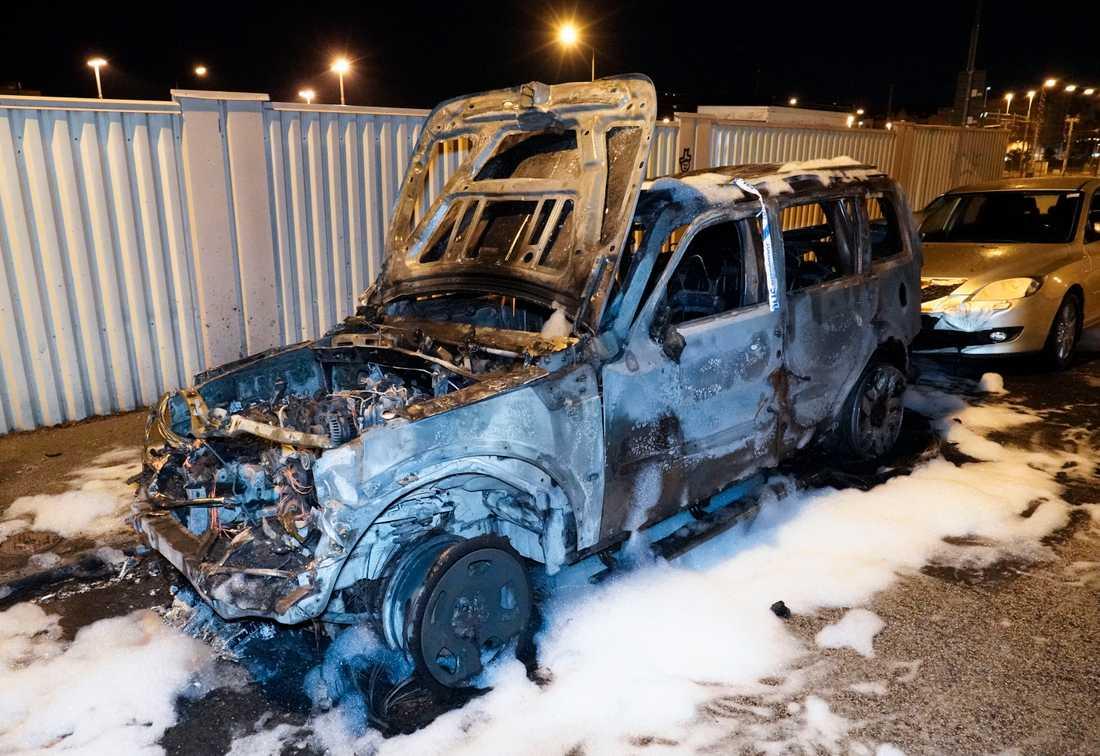 En bil totalförstördes vid en brand natten till torsdagen. I samband med branden skall ett flera smällar hörts, men det är oklart vad de orsakats av.