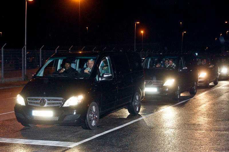 Kortegen med minibussar körde direkt ut till Arlanda eskorterade av polis med blåljus. För att så snabbt som möjligt komma i väg från Stadion gick färden till att börja längs en cykelväg i en halv kilometer och mot rött ljus.