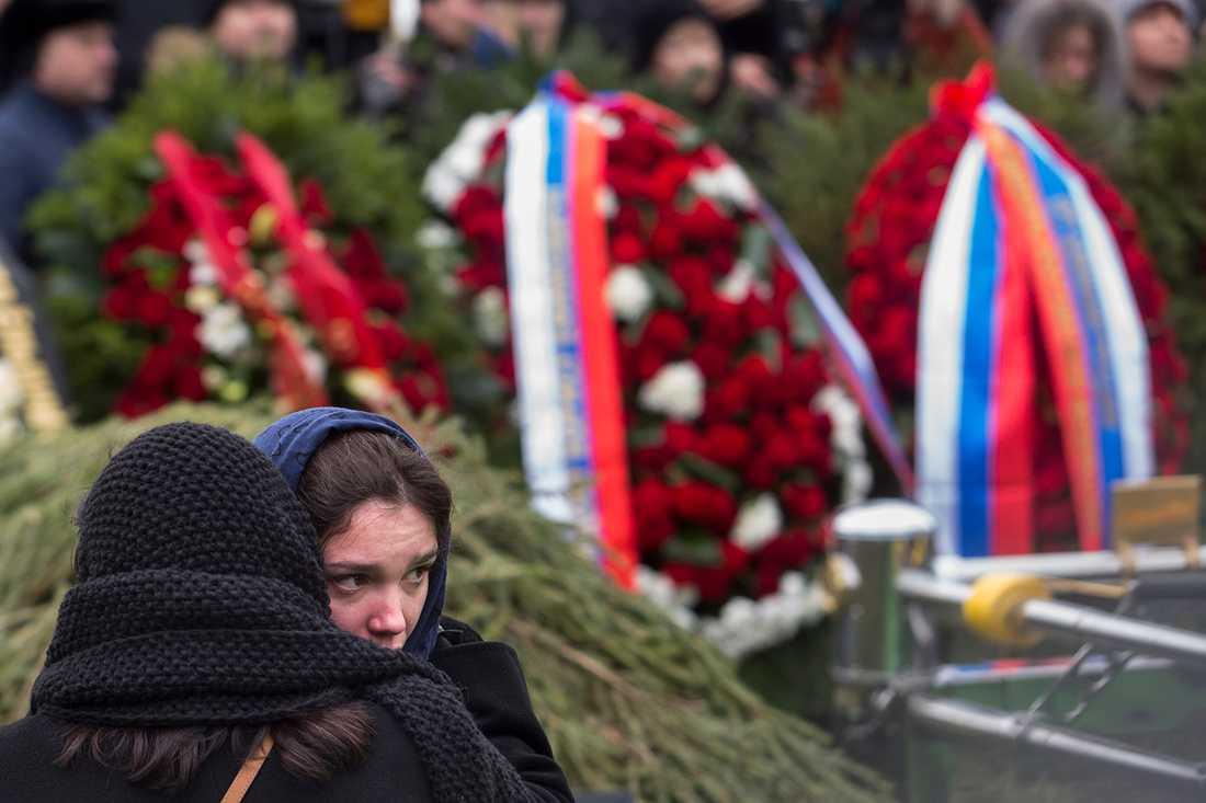 En kvinna tröstar Boris Nemtsovs dotter.